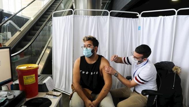 Una persona recibe la vacuna contra la Covid-19 en un estadio deportivo en Jerusalén, Israel.