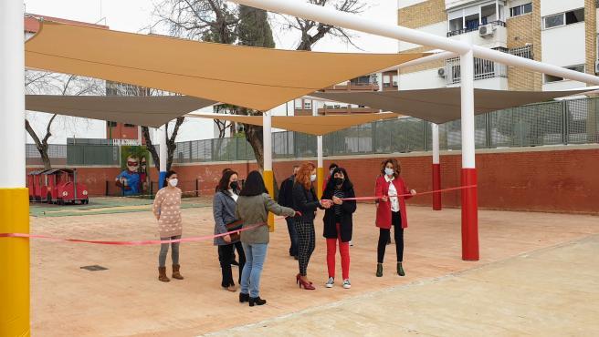 Ayuntamiento de Sevilla culmina una nueva zona de toldos en el patio del CEIP Pedro Garfias del distrito Macarena