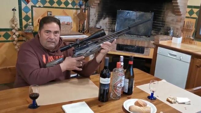 """Denunciado por difundir amenazas por redes sociales exhibiendo un rifle: """"preparándome contra los perroflautas"""""""