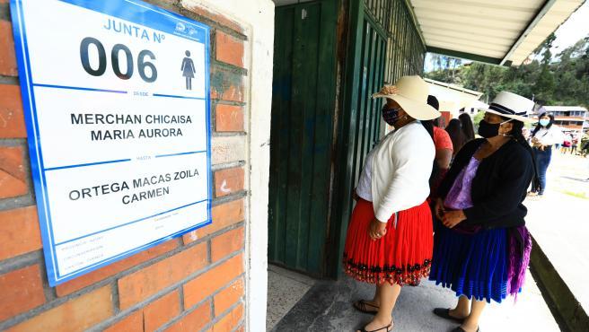 Dos personas, en la cola para votar en Ecuador este domingo.