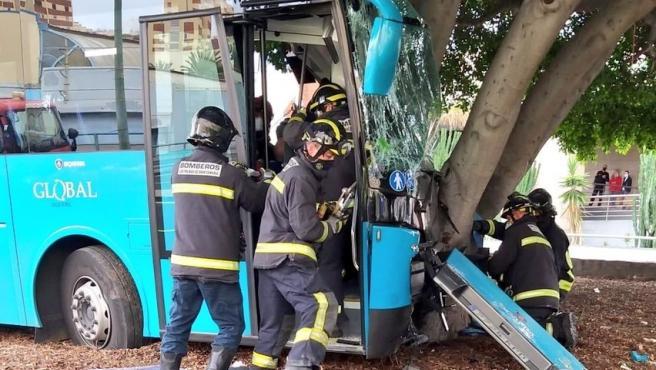 El conductor de una guagua resulta herido grave tras chocar contra un árbol en Gran Canaria
