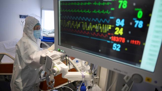 Personal sanitario del Hospital Universitario Marqués de Valdecilla de Santander atiende a enfermos con coronavirus en una de las UCI-Covid del hospital cántabro.