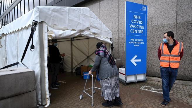 Una anciana entra en un centro de vacunación contra la Covid-19 en Wembley, Londres.