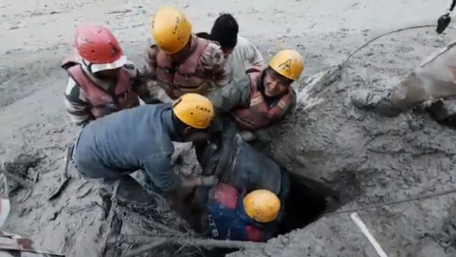 Equipos de rescate trabajan en la zona afectada por una avalancha de agua y lodo ocasionada por la rotura de un glaciar en el distrito indio de Chamoli, en el estado de Uttarakhand, en la cordillera del Himalaya,