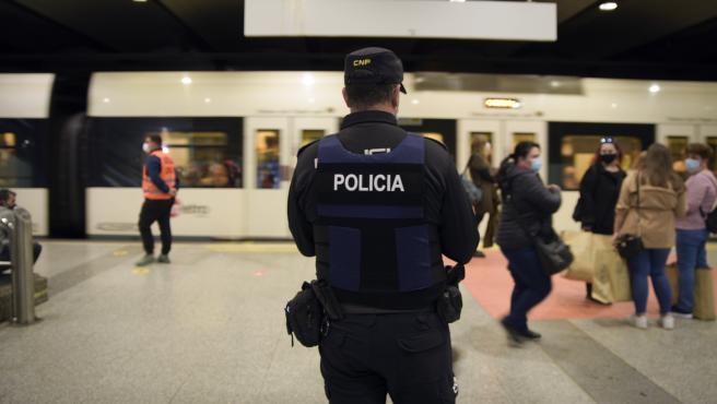 Un policía nacional, en un control en el metro de Valencia