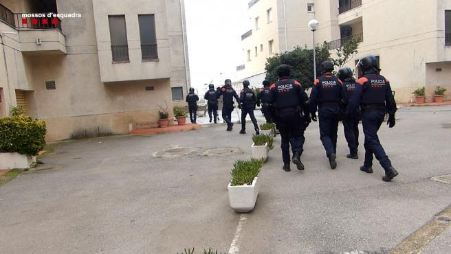Agentes de los Mossos d'Esquadra durante el registro del domicilio en Roses (Girona)