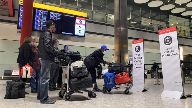 Colas de pasajeros en el aeropuerto londinense de Heathrow el pasado 18 de enero.