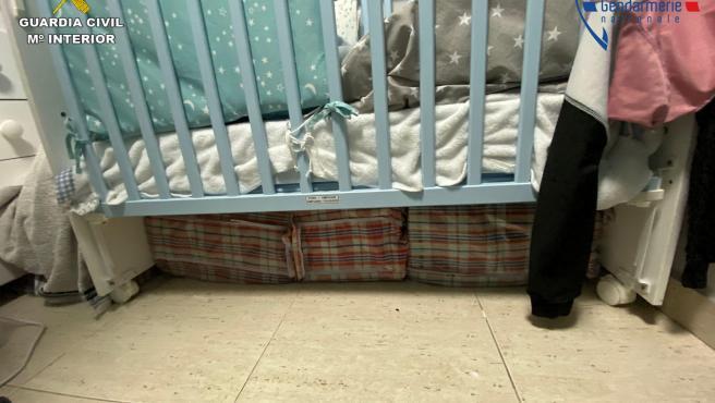 Hachís escondido bajo la cuna del bebé del jefe de la banda.