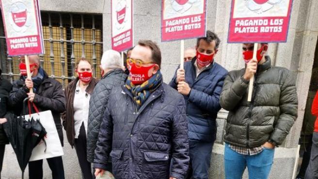 Jose Luis Yzuel, presidente de Hostelería de España, encabezó la protesta simbólica frente al Ministerio de Hacienda.