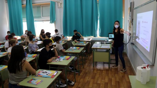 Una profesora da clase en una aula de cuarto de ESO de un instituto de Tarragona.