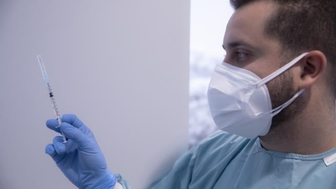 Un sanitario manipula una jeringa con la vacuna de Pfizer / BioNtech contra la Covid-19 en el hospital. En Sevilla (Andalucía, España), a 04 de febrero de 2021.
