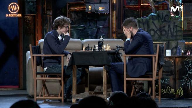 David Antón y David Broncano juegan al ajedrez en La Resistencia.