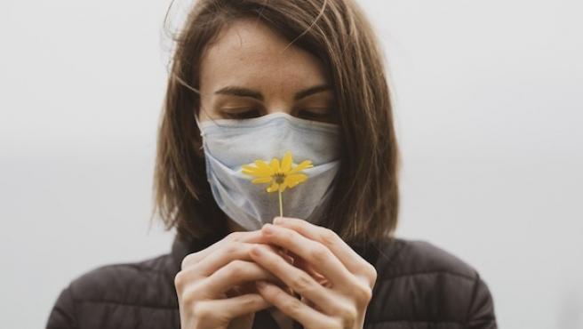 La anosmia o pérdida de olfato es uno de los síntomas más característicos de la Covid-19, especialmente cuando la enfermedad no afecta de forma grave al paciente. Aunque las secuelas pueden ser persistentes y muy incómodas, perder el olfato también puede significar buenas noticias: está asociado a una mayor y más duradera respuesta inmunitaria.
