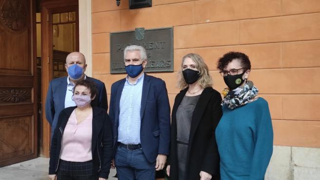 Diputados de El PI, MÉS per Mallorca y MÉS per Menorca a las puertas del Parlament balear.