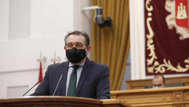 El consejero de Sanidad, Jesús Fernández Sanz, en las Cortes