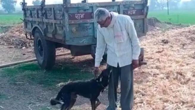 El hombre de la India, con su perro.