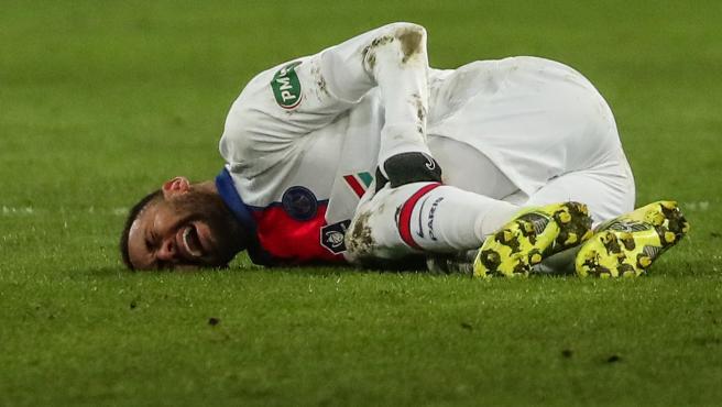 Neymar se retuerce en el suelo de dolor