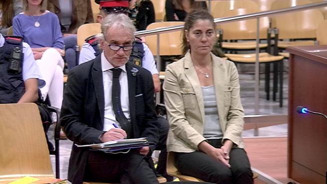 Los padres de Nadia sentados en el banco de los acusados en la Audiencia de Lleida, en una imagen del 2 de octubre de 2018.