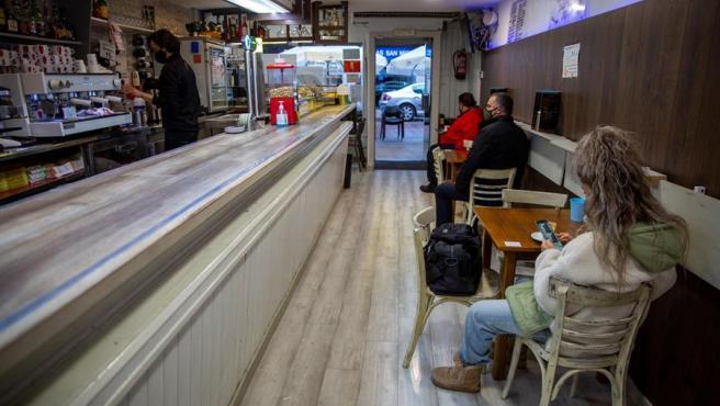 Clientes en un bar de Vitoria, tras la medida judicial que permitió reabrir a la hostelería en el País Vasco, cerrada por la pandemia del coronavirus.