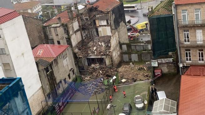 Un edificio en ruinas se derrumba en Vigo