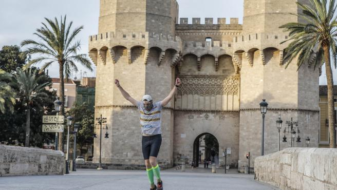 Un home corre en el primer dia d'eixida a València després de 48 dies a casa pel coronavirus, que els adults poden eixir a passejar i a fer esport, a València / Comunitat València (Espanya), a 2 de maig de 2020.
