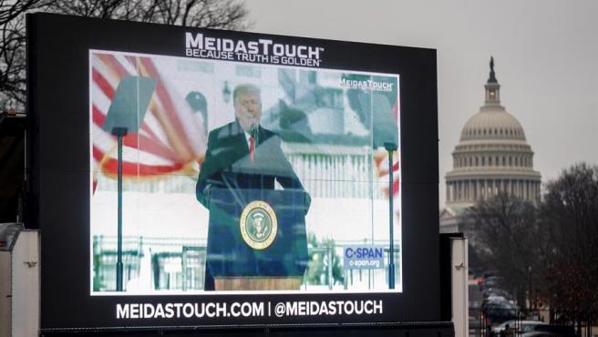 Un vídeo presentado durante el segundo 'impeachment' contra el expresidente de EE UU Donald Trump es proyectado en las inmediaciones del Capitolio, en Washington DC.