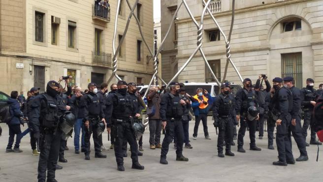 Agentes antidisturbios de los Mossos d'Esquadra separan a dos marchas de signo contrario en Sant Jaume.