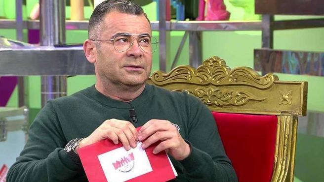 Jorge Javier Vázquez con la carta de 'Mujeres y hombres y viceversa' en 'Sálvame'.