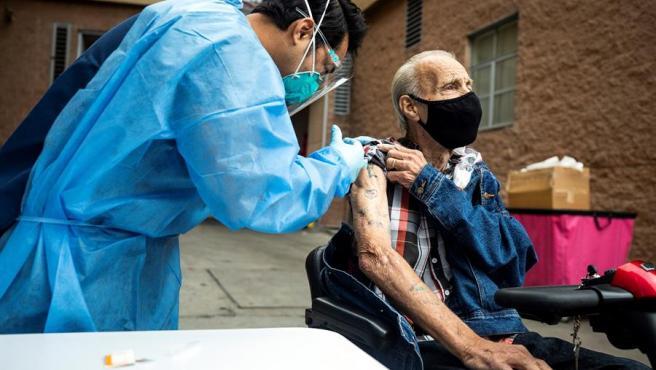 Un hombre de 80 años recibe la vacuna contra la COVID-19 en Skid Row (California, EE UU), durante una campaña de vacunación para personas sin hogar.
