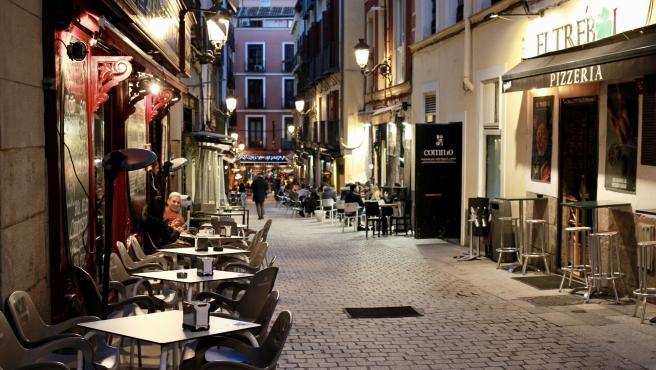 Varias terrazas de bares en el centro de Madrid.