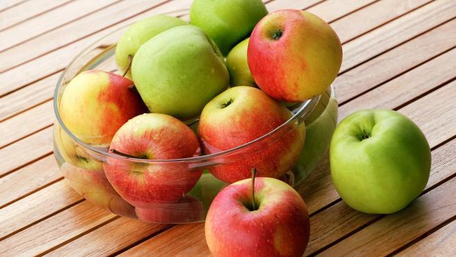 Un frutero con manzanas, en una imagen de archivo.