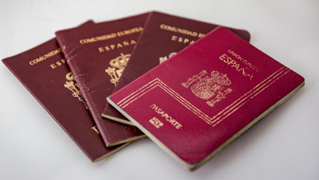 Varios pasaportes españoles colocados sobre una mesa.