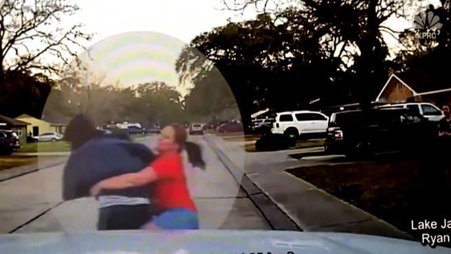 La madre derribando al acosador frente al coche de Policía en Texas.