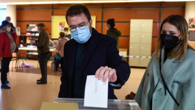 El cap de llista d'ERC a les eleccions al Parlament, Pere Aragonès, vota al seu col·legi electoral. Imatge del 14 de febrer de 2021. (Horitzontal)