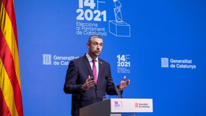 El conseller de Acción Exterior, Relaciones Institucionales y Transparencia de la Generalitat, Bernat Solé, en rueda de prensa desde el Parlament