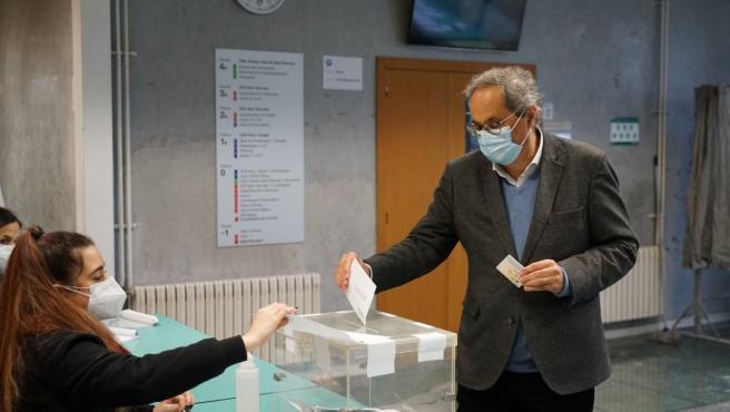 El expresidente de la Generalitat Quim Torra dipositando su voto este 14F.