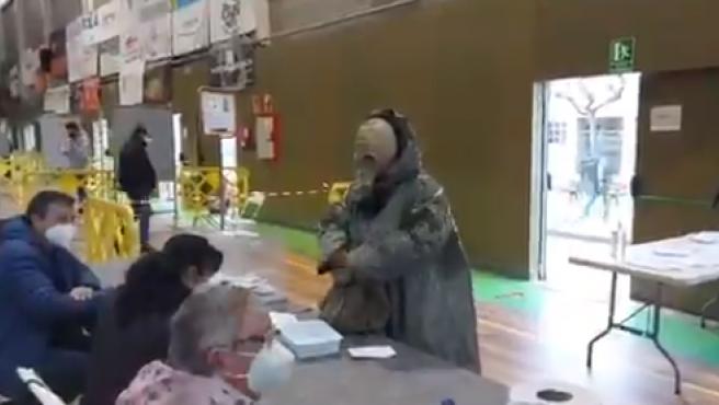 De esta guisa acudió un hombre a votar a un colegio electoral catalán.