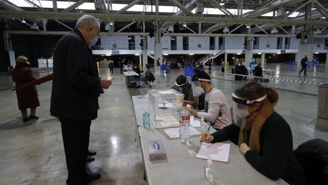 Punto de votación en La Farga de L'Hospitalet de Llobregat (Barcelona) para las elecciones catalanas del 14F