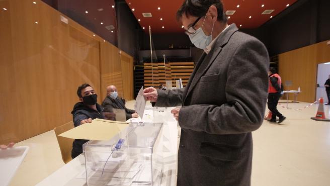El candidato del PSC a la presidencia de la Generalitat de Cataluña, Salvador Illa, vota este domingo en las elecciones catalanas del 14-F.