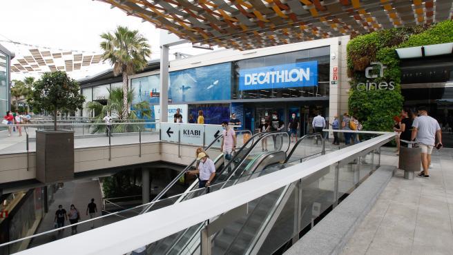Varias personas compran en el Centro Comercial FAN de Palma.