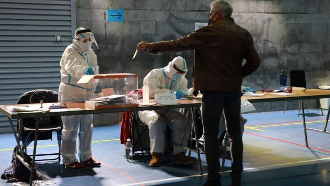 Miembros de la mesa electoral ataviados con trajes EPI en la franja horaria de votación de positivos de Covid y contactos estrechos.