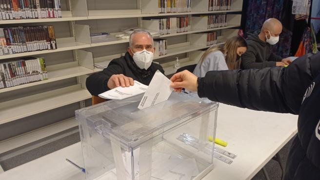 Un hombre deposita su voto en el colegio J. J. Ortiz de Sant Andreu de la Barca.