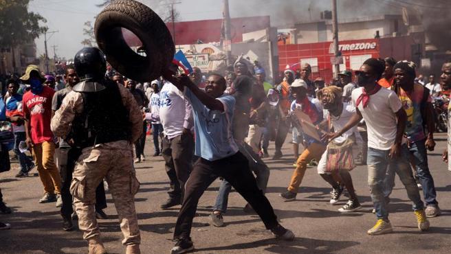 Manifestantes se enfrentan a la policía durante una jornada de protesta contra el Gobierno de Jovenel Moise, en Puerto Príncipe (Haití).