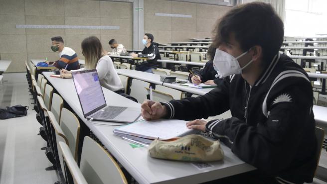 Alumnos del primer curso de grado de la Facultat d'Economia i Empresa de la URV de Tarragona, este lunes en el primer día de clases presenciales del segundo cuatrimestre