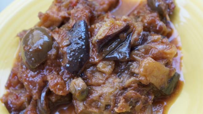La caponata siciliana es un pisto agridulce de berenjenas.