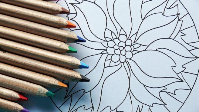 Colorear mandalas puede aportar beneficios terapéuticos.