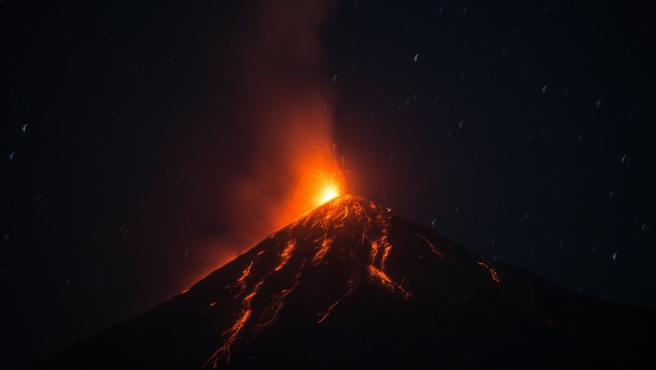 Vista del Volcán de Fuego desde Alotenango (Guatemala), uno de los dos volcanes que permanecen en erupción en el país centroamericano.