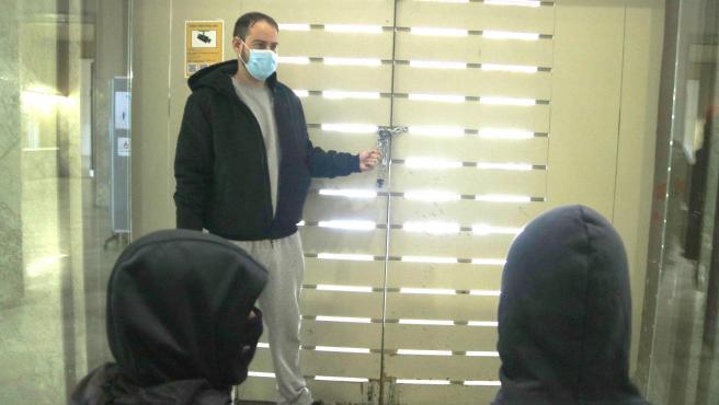 El rapero Pablo Hasel junto al acceso principal del Rectorado de la UdL, cerrado con unas cadenas para evitar su detención, este lunes.