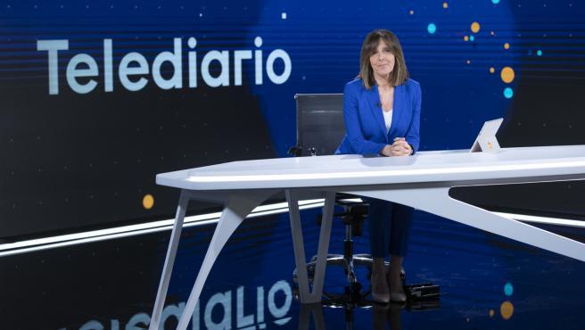 Ana Blanco en el nuevo plató de los informativos de RTVE.
