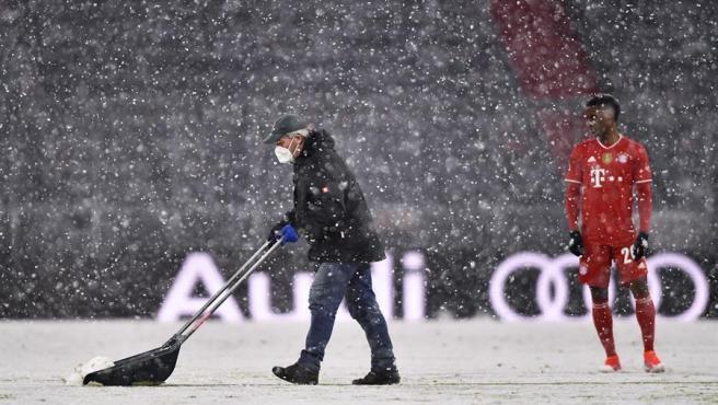 Partido del Bayern Munich bajo la nieve.